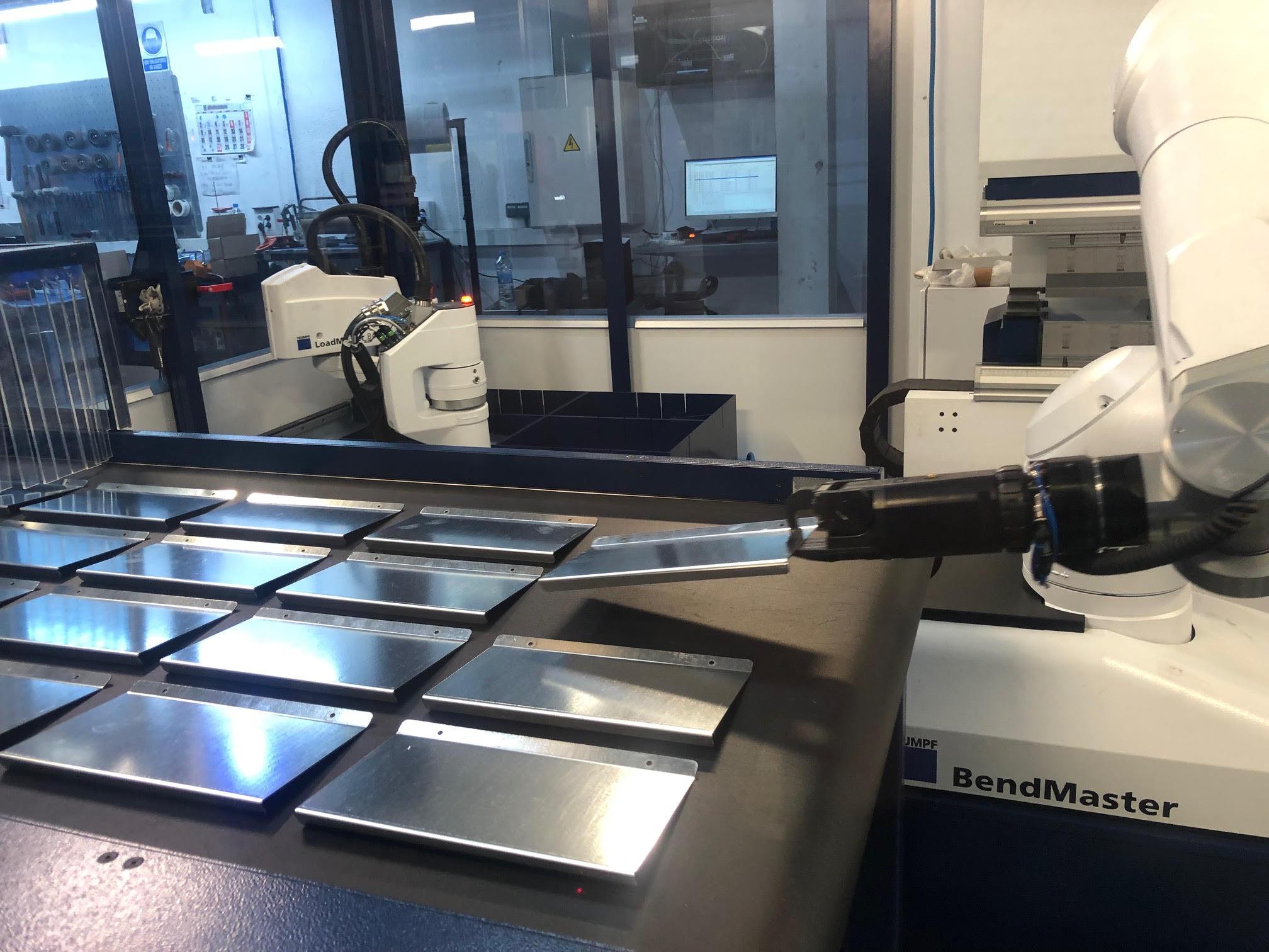 plegado automatizado de piezas de metal en Lasertek